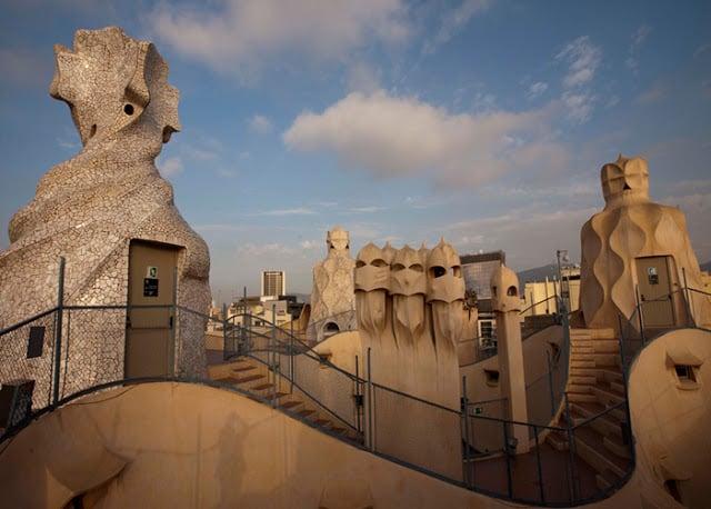 La cima de la Casa Milá en Barcelona