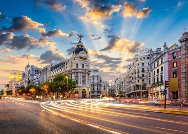Pasear por la Gran Vía en Madrid