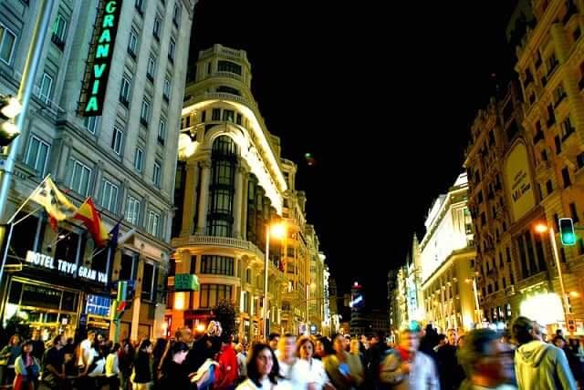 Gran Via en Madrid durante la noche